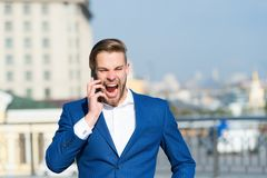 在智能手机的愉快的经理谈话 有手机的人在晴朗的大阳台 在室外蓝色的衣服的商人 背景营业通讯概念性例证查出的白色 库存照片