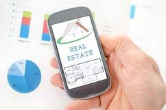 在智能手机的房地产概念 免版税库存照片