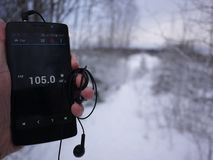 在智能手机的收音机 跑在智能手机应用程序的电台 您能选择另外FM 免版税库存图片
