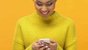 在智能手机的有吸引力的女性移动的人脉应用程序,显示好标志 股票视频