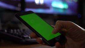在智能手机的绿色屏幕 影视素材