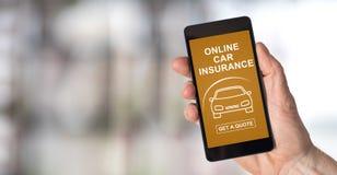 在智能手机的网上汽车保险概念 库存图片