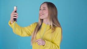 在智能手机的网上视频聊天由妇女 4K 影视素材