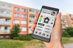 在智能手机的聪明的家庭控制app -聪明的家庭概念 库存照片
