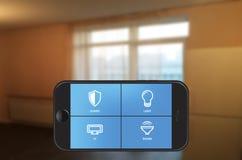 在智能手机的聪明的家庭自动化app 免版税库存图片