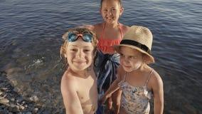 在智能手机的逗人喜爱的儿童视频聊天在海滩 股票视频