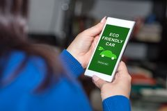 在智能手机的Eco友好的汽车概念 免版税库存图片