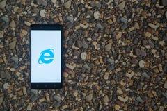 在智能手机的Internet Explorer商标在小石头背景  库存照片