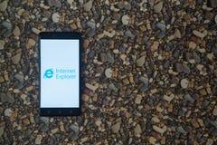 在智能手机的Internet Explorer商标在小石头背景  库存图片