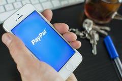 在智能手机的Paypal 库存图片