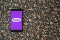 在智能手机的Viber商标在小石头背景  免版税库存照片