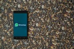 在智能手机的Whatsapp商标在小石头背景  库存照片