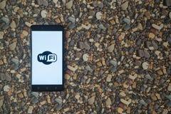 在智能手机的Wifi商标在小石头背景  库存照片