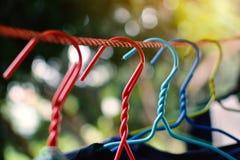 在晾衣绳的挂衣架 免版税库存照片