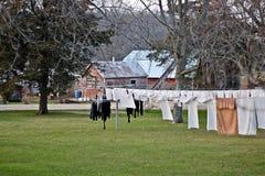 在晾衣绳间被串起的门诺派中的严紧派的衣物。 图库摄影
