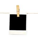 在晾衣绳的空的纸标记在白色背景 免版税库存照片
