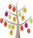 在暂停的树的各种各样的复活节彩蛋 库存照片