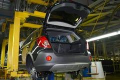 在暂停的神色的汽车在automo汇编传动机  免版税库存图片