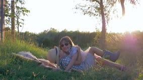 在暑假期间,一起快活的儿童游戏在日落的乡下 股票录像
