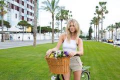 在暑假期间,在乘坐的瑞典女性休息穿过城市以后 库存图片