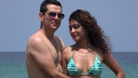 在暑假的笨拙年轻夫妇 影视素材