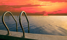 在暗淡的时间的美丽的天空在游泳池 免版税库存照片