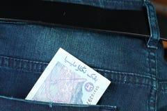 在暗色的蓝色牛仔布牛仔裤在场面提出老deni 免版税图库摄影