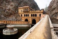 在暗藏的寺庙附近的神圣的湖在印度 库存图片