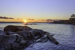 在暗藏的小海湾的日出在牛在不列颠哥伦比亚省指向 库存图片