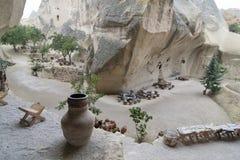 在暗藏的谷,卡帕多细亚,土耳其的老穴居人房子咖啡馆 免版税库存照片