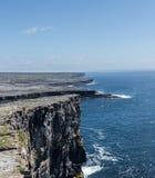 在暗褐色Aonghasa Aran海岛的石墙 库存图片