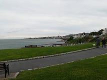 在暗褐色Laoghaire的爱尔兰walkpath 免版税库存图片