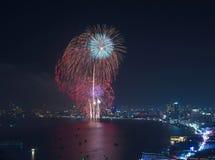 在暮色场面的多色烟花,芭达亚都市风景海是 免版税库存照片