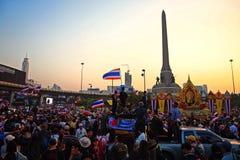 在暮色天空期间,泰国抗议者聚集在胜利纪念碑 免版税库存照片