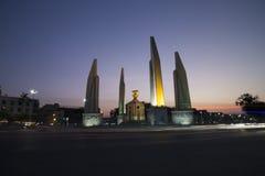 在暮色天空的民主纪念碑 图库摄影