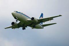 在暮色天空的波音737-500 EW-294PA航空公司Belavia 图库摄影