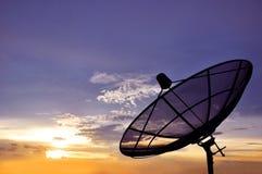 在暮色天空背景的卫星盘 库存照片
