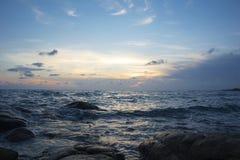 在暮色时间的海滩 免版税图库摄影