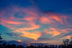 在暮色时间,日落阳光的美丽的五颜六色的天空与cloudscape的在晚上 库存照片