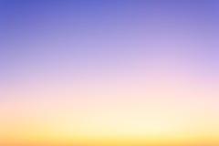 在暮色时间的五颜六色的天空 免版税图库摄影