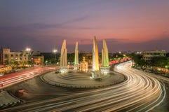 在暮色时间的民主纪念碑在曼谷,泰国 免版税库存图片
