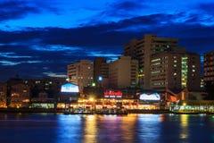 在暮色时间的Wang郎Siriraj码头 免版税库存照片