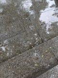 在暴雨期间,步与雨珠的楼梯飞溅 免版税库存图片
