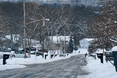 在暴风雪以后的住宅街道 免版税库存照片