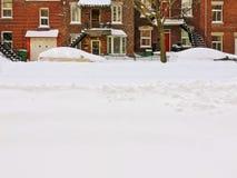 在暴风雪以后的都市冬天街道 免版税图库摄影
