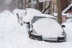 在暴风雪期间,汽车用雪盖 免版税库存图片
