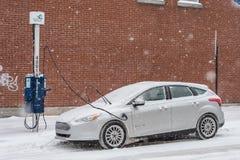 在暴风雪期间,电车得到在蒙特利尔充电 免版税库存图片