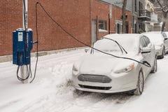 在暴风雪期间,电车得到在蒙特利尔充电 库存照片
