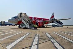 在暹粒国际机场登陆的亚洲航空飞机 图库摄影