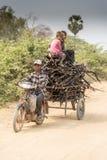 在暹粒附近的木炭收集者 免版税图库摄影